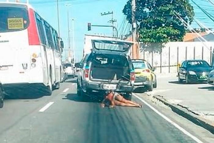 cddd2cae claudiasilva4 - PM envolvido na morte de mulher arrastada por viatura ganha cargo no Rio