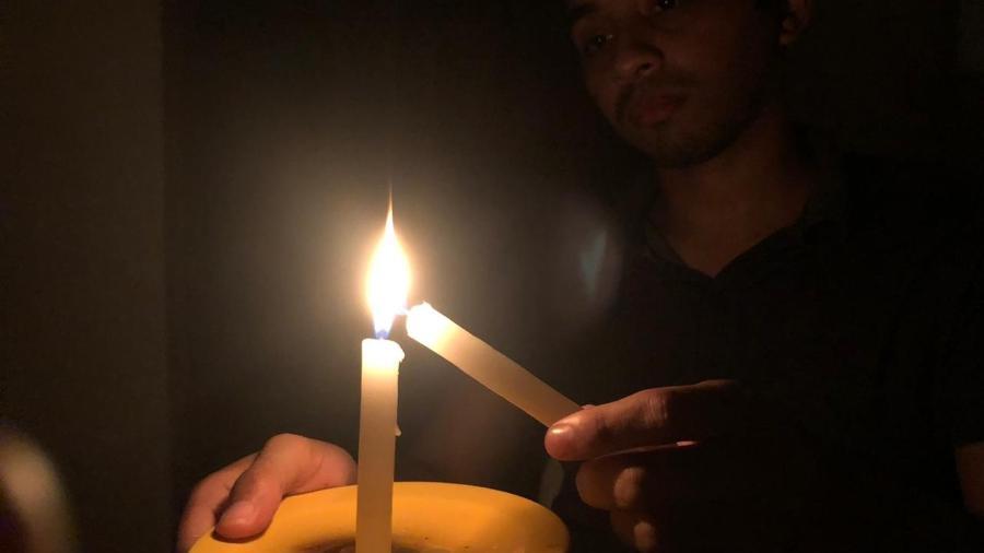 comunidade quilombola usa velas para iluminar espacos durante o apagao 1605316906985 v2 900x506 - Resposta do governo à crise no Amapá é denunciada à Comissão Interamericana - Por Jamil Chade
