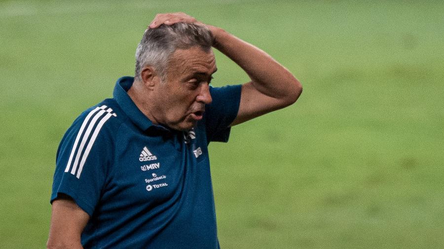domenec torrent do flamengo preocupado durante goleada sofrida contra o atletico mg 1604888146187 v2 900x506 - Com a pior média de gols sofridos desde 2014, Flamengo decide demitir Domènec Torrent