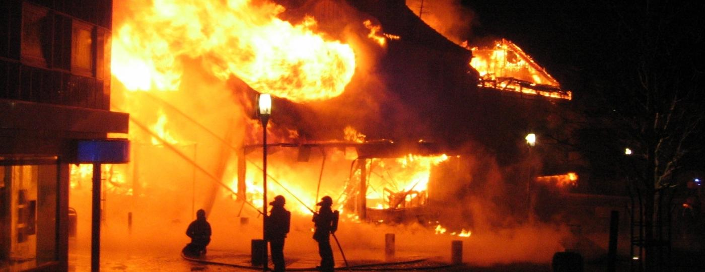 edificio em chamas e bombeiros 1605912131375 v2 1400x540 - O Deus do Fogo: Por que o Brasil não está em chamas? - por Anderson França