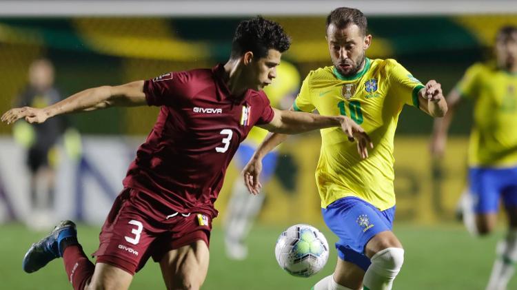 everton ribeiro tenta escapar da marcacao durante brasil x venezuela pelas eliminatorias 1605320349725 v2 750x421 - Brasil fura retranca da Venezuela com gol de Firmino e se mantém 100%