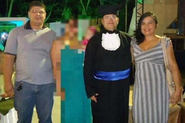 filho - DENTRO DE CASA: filho mata os pais com golpes de faca e de enxada