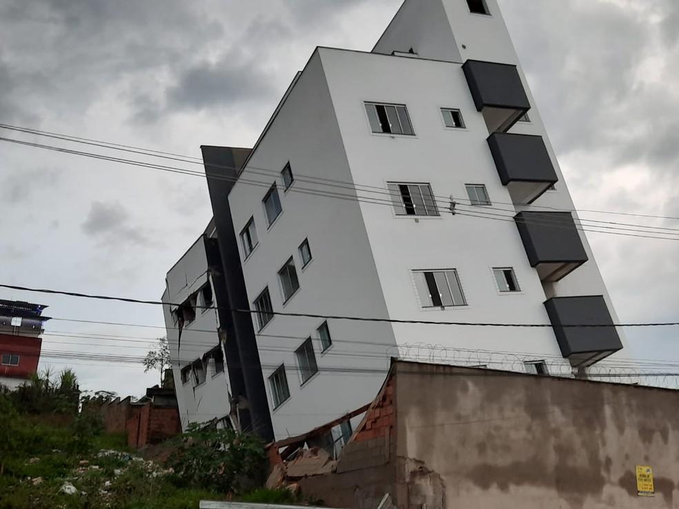 whatsapp image 2020 11 18 at 05.16.37 - Prédio em construção tomba e afeta casas ao redor; 15 famílias ficam desalojadas