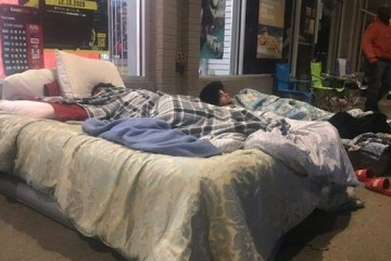 Consumidores levam camas para fila de loja à espera da abertura da Black Friday