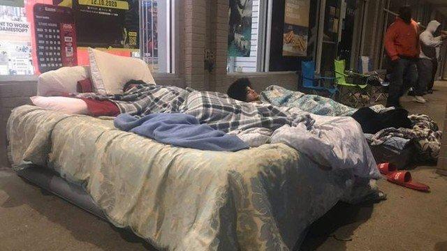 xblog bed.jpg.pagespeed.ic .YRiB7kHLb9 - Consumidores levam camas para fila de loja à espera da abertura da Black Friday