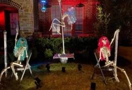 Mulher é notificada a retirar decoração com esqueletos fazendo pole dance no Halloween – VEJA VÍDEO