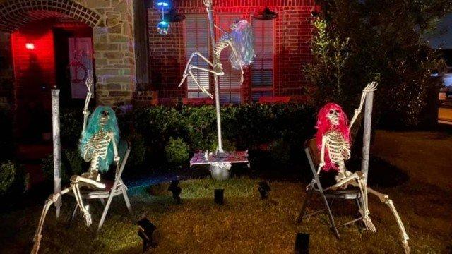 xblog pole 0.jpg.pagespeed.ic .6ejvR7TBeP - Mulher é notificada a retirar decoração com esqueletos fazendo pole dance no Halloween - VEJA VÍDEO