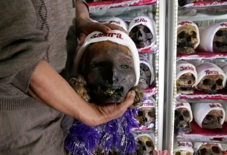 xblog skulls 6.jpg.pagespeed.ic .YgGct3bTuO - Caveiras são enfeitadas com toucas e cigarros para festa religiosa na Bolívia