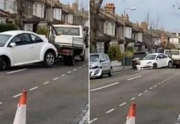 Carro rebocado bate em outros seis veículos – VEJA VÍDEO
