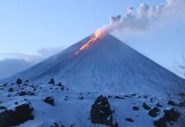 Vulcão mais alto da Eurásia entra em erupção