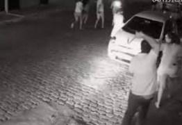 """""""GALEGO DO MDB"""": Prefeito agride com chicote manifestantes que protestavam contra sua gestão – VEJA VÍDEO"""