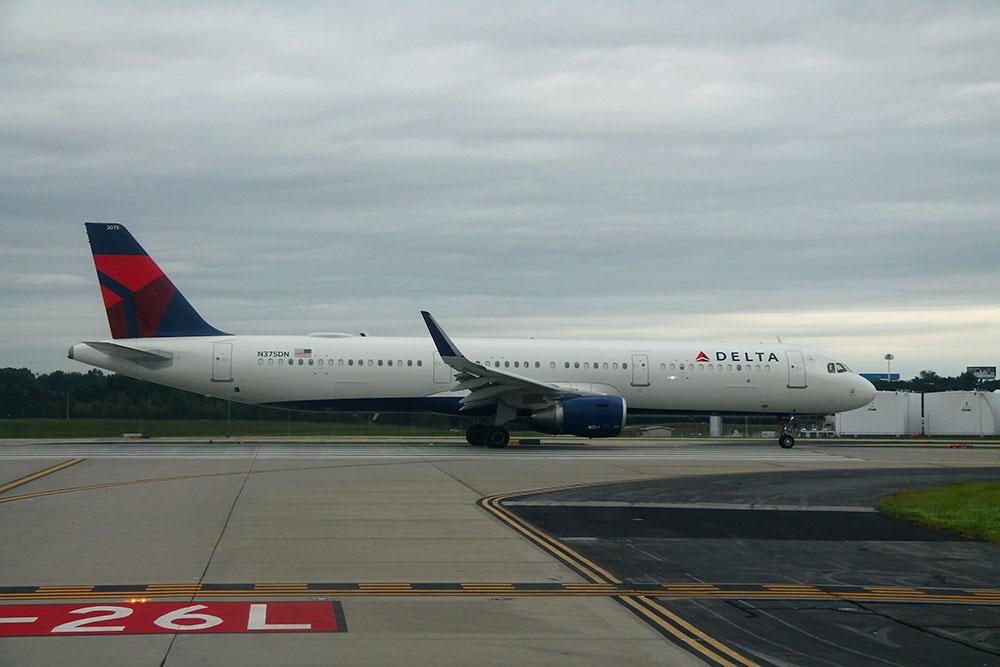 AVIAO DELTA - Dois passageiros surtam, abrem porta e saltam de avião antes da decolagem em Nova York