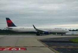 Dois passageiros surtam, abrem porta e saltam de avião antes da decolagem em Nova York