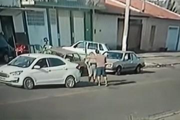 Capturar.JPGaaaa - IMAGENS FORTES: Homem dá voadora em mulher após discussão de trânsito - VEJA VÍDEO