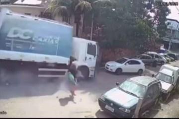 Caminhão desgovernado atinge carro e deixa motorista ferido – VEJA VÍDEO