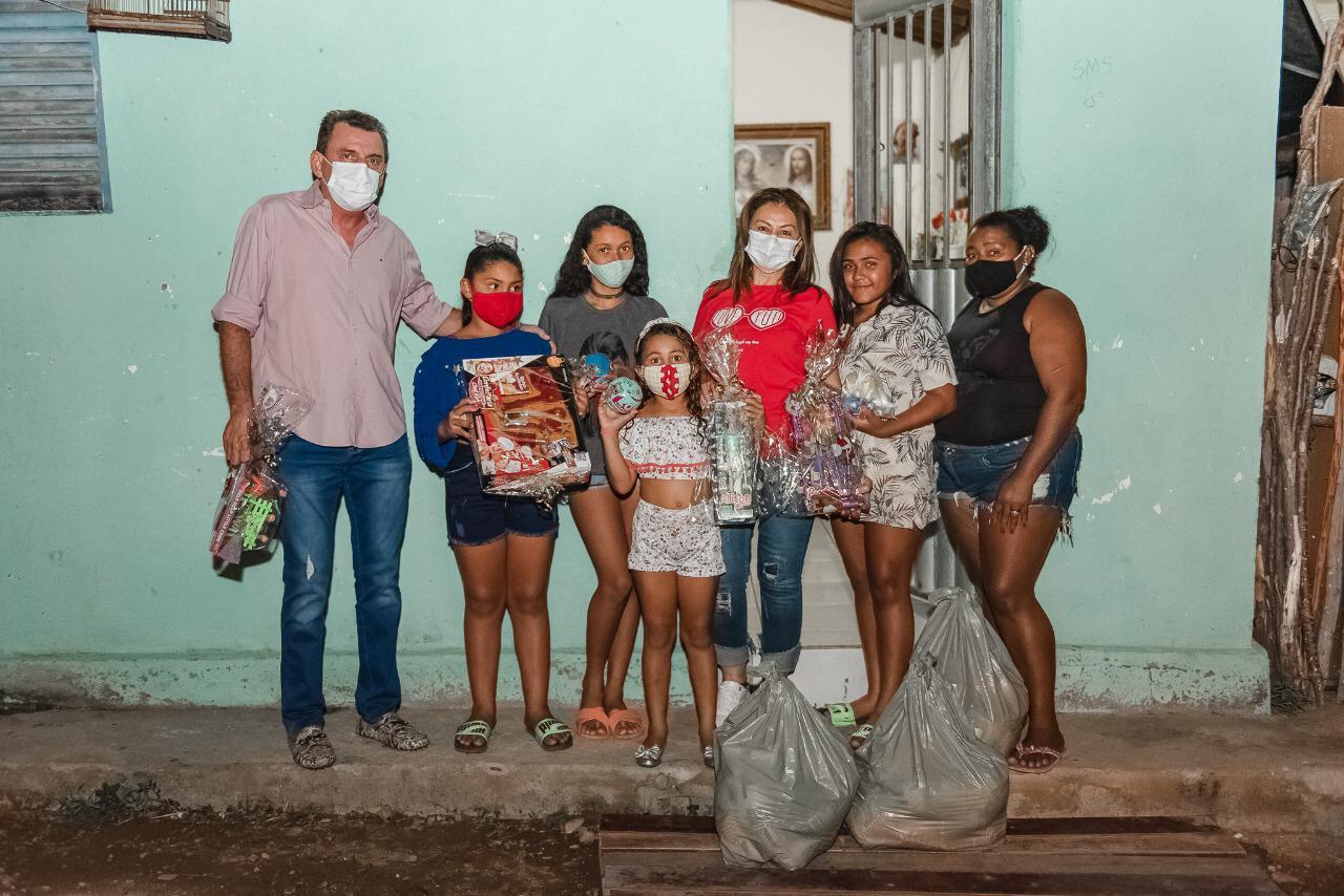 WhatsApp Image 2020 12 25 at 09.19.35 1 - AÇÃO SOCIAL: prefeito de São José de Piranhas distribui cestas básicas no Natal; fotos