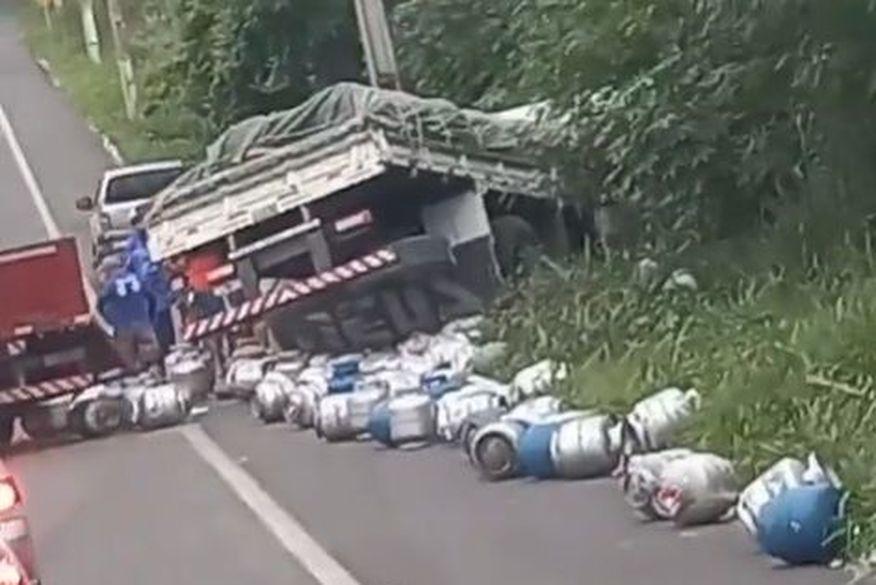 acidente lagoa seca - LAGOA SECA: Caminhões carregados de soja e gás de cozinha colidem e um dos condutores é socorrido em estado grave