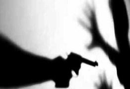 Homem morto a tiros enquanto estava com filho no colo, em João Pessoa