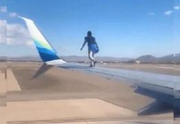 Homem sobe na asa de avião minutos antes da decolagem