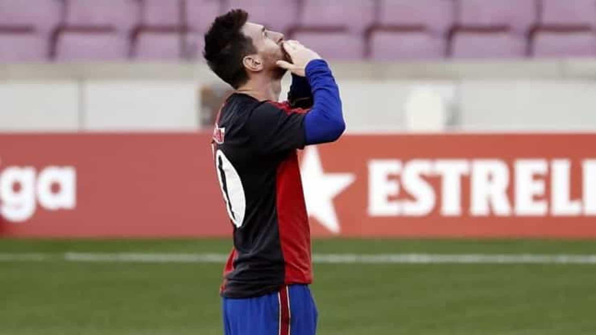 naom 5fc560606129e - Homenagem a Maradona rende advertência e multa de R$ 3,8 mil a Messi na Espanha