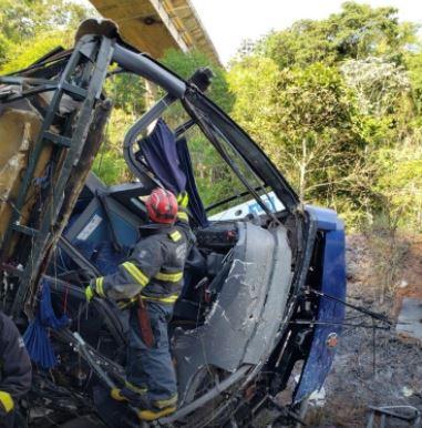 onibus - Ônibus que caiu de viaduto nesta sexta, já havia sido autuado três vezes por transporte irregular de passageiros