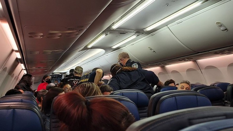paramedicos socorrem homem que passou mal durante voo da united airlines 1608472940197 v2 900x506 - Homem com suspeita de covid morre durante o voo e passageiros se desesperam - VEJA VÍDEO