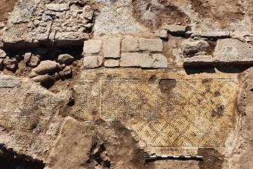 Capturar 50 - Pedra de 1.500 anos com dedicatória a Jesus é achada em região árabe de Israel