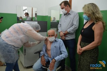 VACINAÇÃO CONTRA A COVID-19: médico Oscar Sobral é o primeiro vacinado em São José de Piranhas
