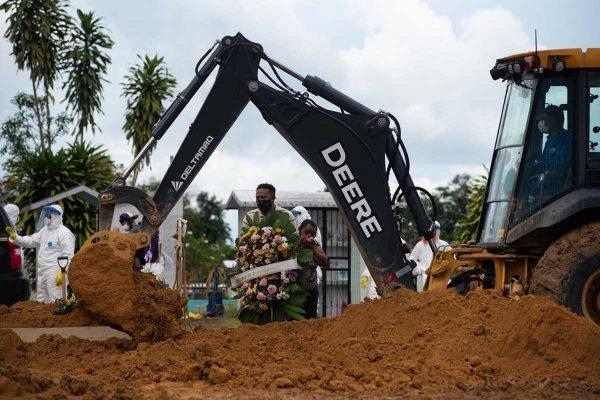 Em Manaus retroescavadeiras viram coveiros e famílias têm 5 minutos para enterrar parentes2 600x400 1 - Retroescavadeiras viram coveiros e famílias têm 5 minutos para enterrar parentes, em Manaus