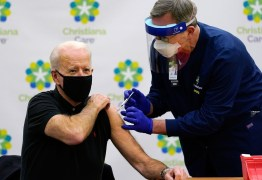 Em público, Biden toma 2ª dose da vacina contra a Covid-19; VEJA VÍDEO