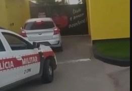 Casal é preso e adolescente apreendido na porta de motel após roubar carro em João Pessoa
