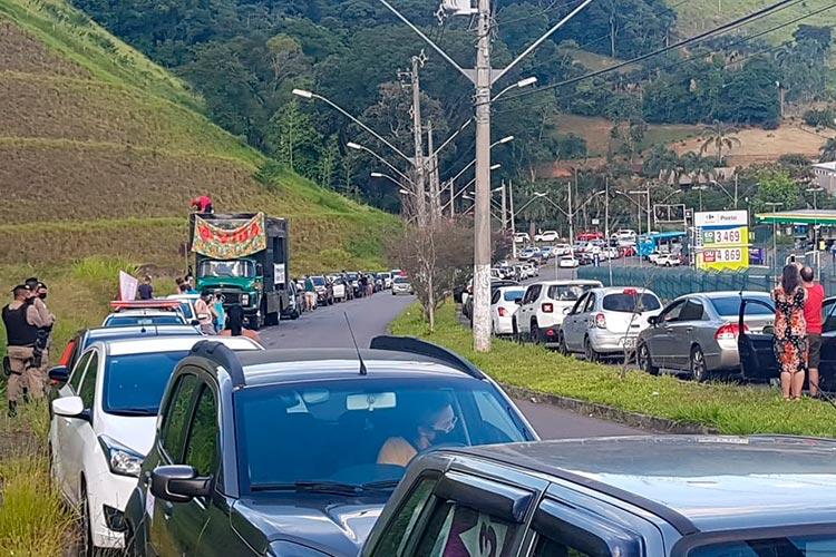 "carreata impeachment bolsonaro foto Leonardo Costa - ""Vi uma carreata monstro de uns 10 carros"", diz Bolsonaro ironizando atos por impeachment"