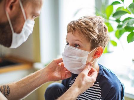 crianca coronavirus 1589027593713 v2 450x337 - Pais de criança de seis anos que morreu por covid-19 alertam para sintomas incomuns; confira quais