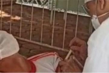 desmaio vacina - Mesmo com medo de agulha, socorrista do Samu faz questão de tomar vacina contra a Covid-19 e desmaia - VEJA VÍDEO