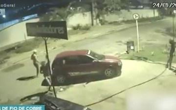 Dois homens e duas mulheres cortam os cabos para roubar durante a madrugada