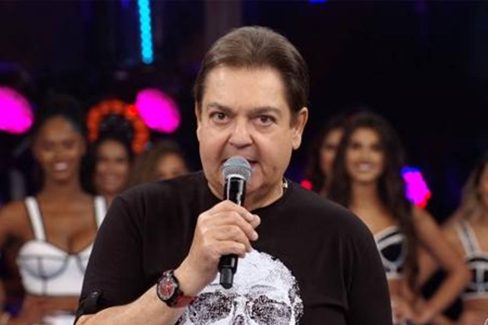 faustão e bailarinas1 - De saída da Rede Globo, Faustão fecha contrato com a Band por cinco anos