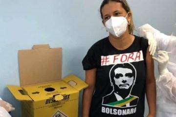 """forabolsonaro555 - Enfermeira toma vacina com camiseta de """"Fora, Bolsonaro"""" e sofre pressão para apagar foto"""