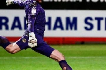 Goleiro inglês entra para o Livro dos Recordes após fazer gol de tiro de meta – VEJA VÍDEO