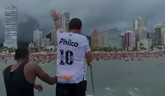 imagem 2021 01 01 190202 - Bolsonaro nada com banhistas, causa aglomeração e publica ofensa a Doria - VEJA VÍDEO