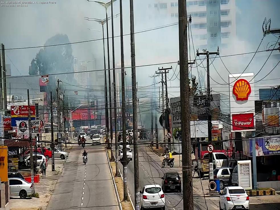 incendio bancarios semob - Incêndio em terreno espalha fumaça em avenida principal de João Pessoa