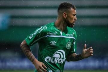 Jogador Paulinho Moccelin, sofre lesão durante jogo na noite desta quinta-feira (21)