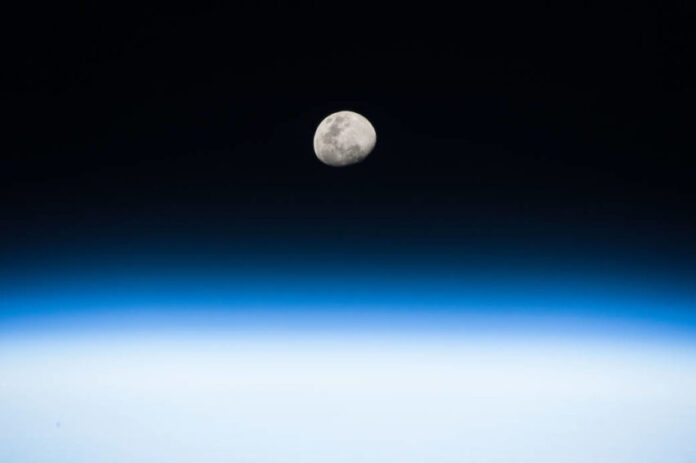 lua crescente Randy Brensk NASA 696x463 1 - CALENDÁRIO CELESTE: lua e planetas se alinham no céu da Paraíba