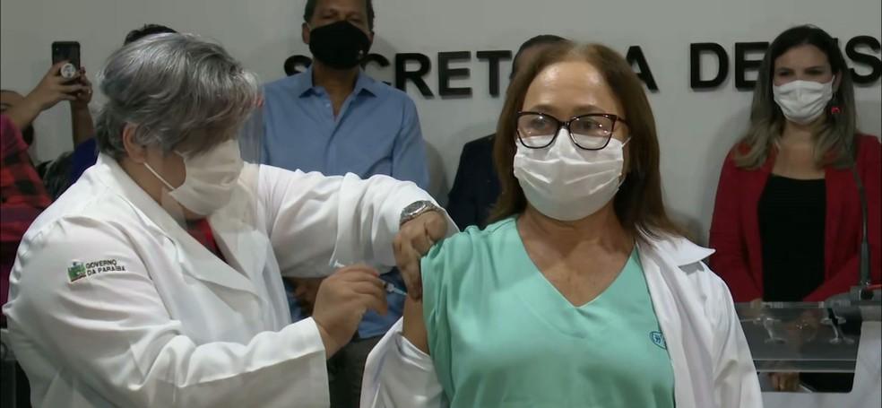 marineide gouveia vacinada 1 - IMUNIZAÇÃO COMEÇOU: Governo da Paraíba vacina primeiras pessoas contra Covid-19 no estado - VEJA QUEM SÃO