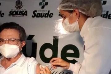 Médico é a primeira pessoa a tomar a vacina contra a Covid-19 em Sousa