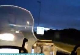 Motociclista foge na contramão para tentar escapar de bandidos – VEJA VÍDEOS