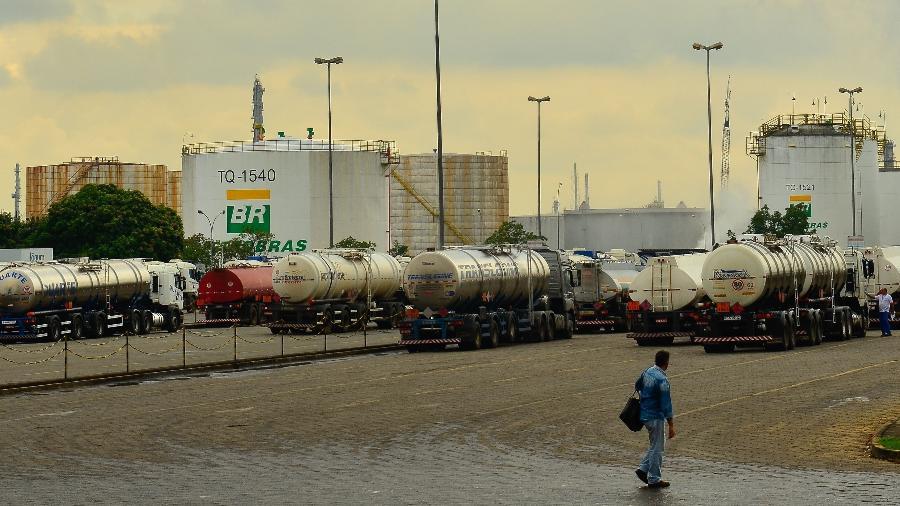 replan refinaria da petrobras em paulinia sp durante a greve dos caminhoneiros em 2018 1572377195222 v2 900x506 - Governo quer multa pesada se estrada for fechada em greve de caminhoneiro