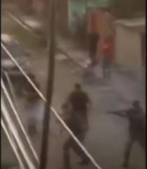tiros - Homem resiste a 17 tiros de borracha e ataca PM com barra de ferro, policial está na UTI - VEJA VÍDEO