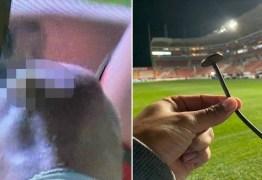 Jogador fica com prego de 15cm cravado em joelho após cair sobre lona de publicidade
