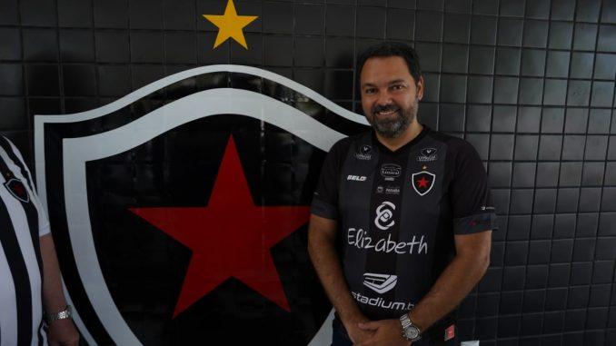 """01310B14 7A5E 4ED0 8A77 1730A8E9049C 678x381 1 - Presidente do Botafogo-PB admite negociação com Clayton, mas frisa: """"não temos contrato assinado"""""""