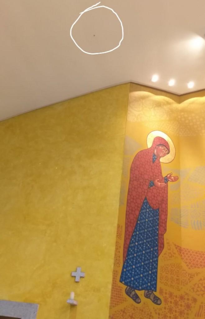 178be1c9 ed49 4d2c b6e4 4250e1e57743 - Bala perdida atinge teto de igreja e cai aos pés de padre durante missa